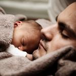 Man met baby op zijn buik scoort hoog bij vrouwen